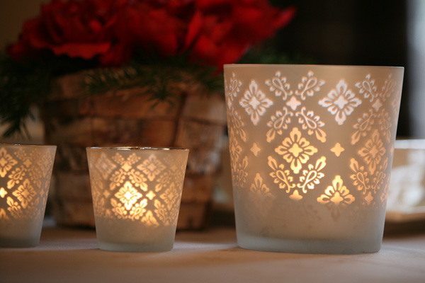 Washi tea light/tea light candle decor to match ANY decor, holiday or party. Find this Pin and more on Bougies et photophores by Mademoiselle Dentelle. Tape or ribbon is a great way to dress up ugly tea light candle holders.